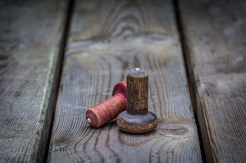 Twee houten tollen