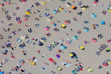 Druk zomers strand bij Zandvoort met veel badgasten van
