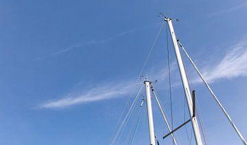 Mast van boten met blauwe lucht van Percy's fotografie