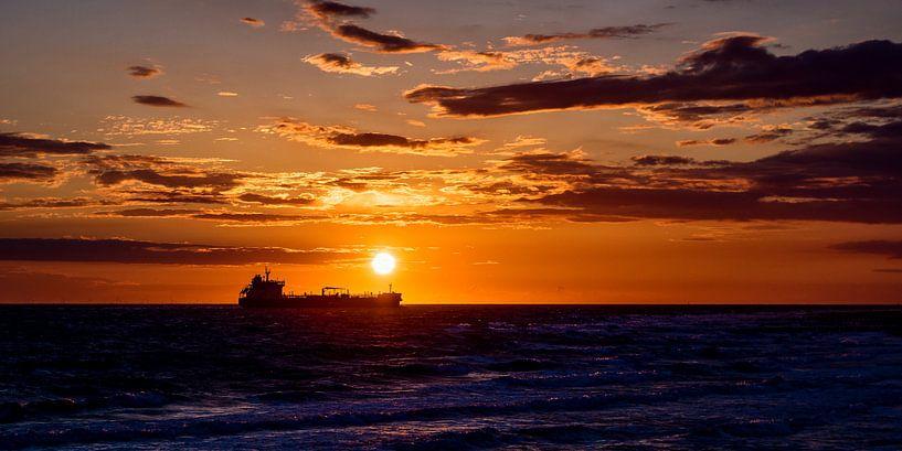 Schip bij zonsondergang van Edwin Benschop