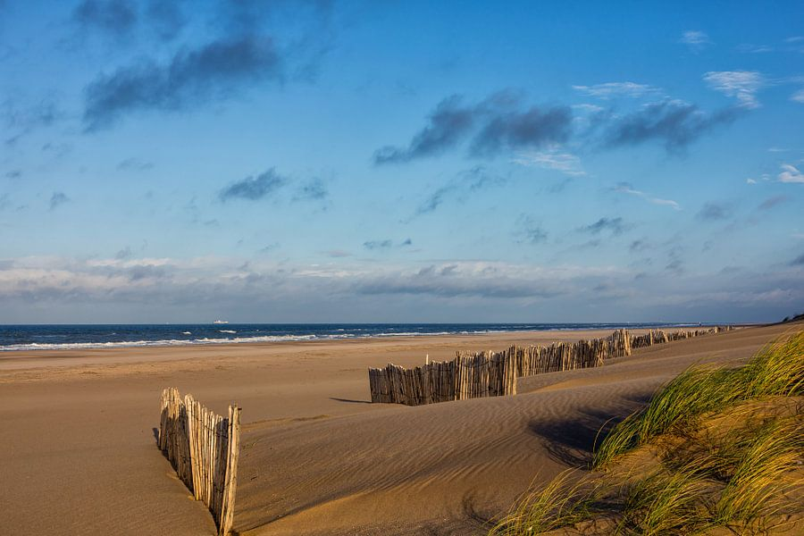 Een verlaten strand van Bram van Broekhoven