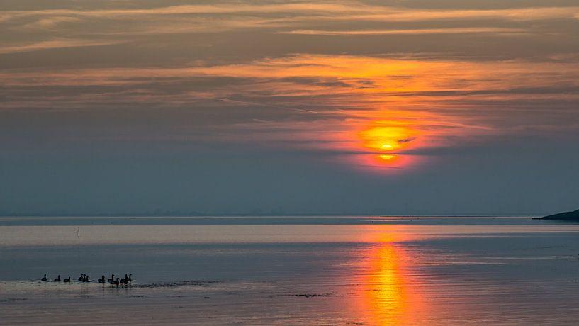 Kalme zonsondergang  van Bram van Broekhoven