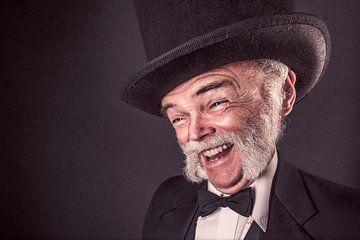 Grappige foto van man met hoed van Atelier Liesjes