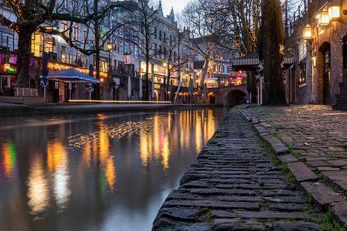 Kleurrijke avondsfeer aan de Oudegracht in Utrecht