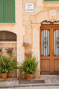 Mooie gevel in de straten van Valldemossa op Mallorca