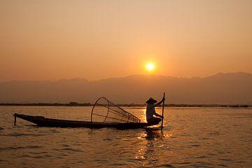 Zonsopkomst op het Inlemeer in Myanmar van Carolien van den Brink