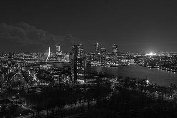 De skyline van Rotterdam met een verlichte De Kuip van MS Fotografie | Marc van der Stelt