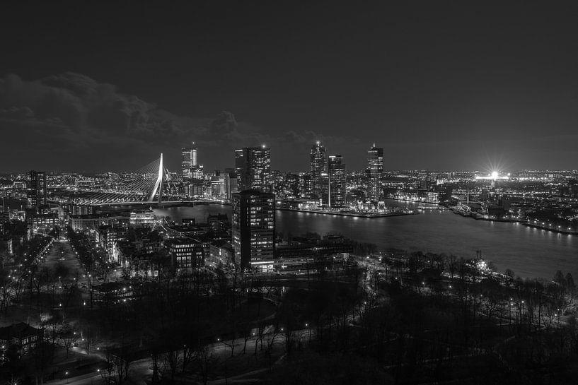 De skyline van Rotterdam met een verlichte De Kuip van MS Fotografie   Marc van der Stelt