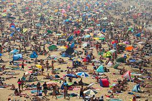 Mensenzee op strand van Scheveningen