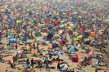 Mensenzee op strand van Scheveningen von