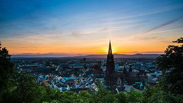 Freiburg im Breisgau oranje zonsondergang achter torenspits van minster kathedraal van Simon Dux