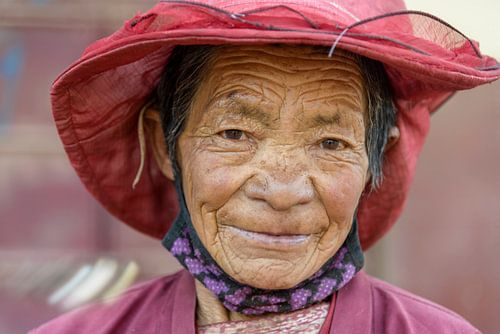 Oude vrouw in Shorda, Nancheng distrikt.  sur
