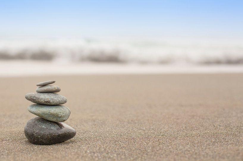 In evenwicht brengende gestapelde stenen von Sanders