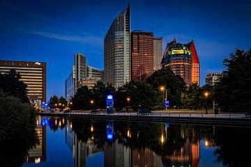 skyline van Den Haag bij schemering van gaps photography