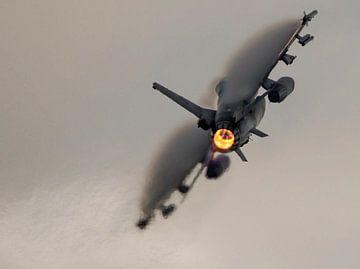 Nederlandse F16 tijdens Airpowerdemo op de luchtmachtdagen trekt wat vape mee op de vleugels van Stefano Scoop