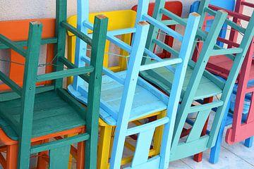 Stapel felgekleurde terrasstoelen van Trinet Uzun