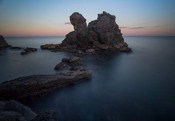 Rotsen in de zee in Frankrijk van Wim Brauns