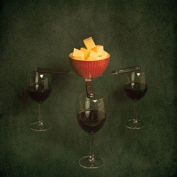 Du vin rouge, du fromage et un bol flottant, une nature morte inspirée des maîtres hollandais