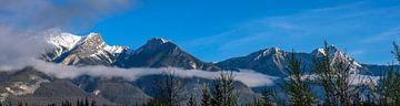 Bergtoppen in de wolken in Banff NP, Canada van Rietje Bulthuis