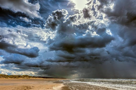 Zeegezicht van de Noordzee met donkere onweerswolken