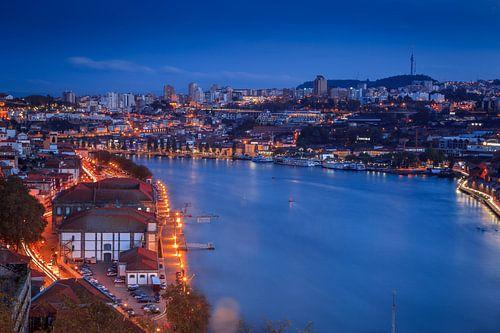 Porto zonsondergang uitkijkend over de Douro. van