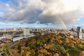 Regenboog boven het Euromastpark in Rotterdam van