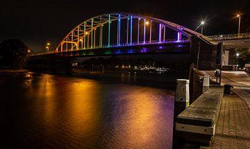 Brug bij Deventer over de IJssel in regenboogkleuren