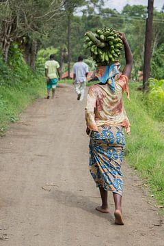 Vrouw met matoke op het hoofd. van Maarleveld Fotografie