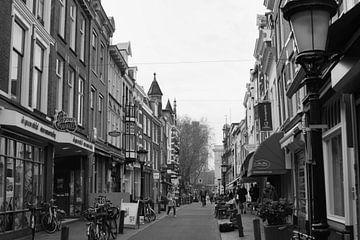 zwart wit winkelstraat in Utrecht von Marcel Boelens
