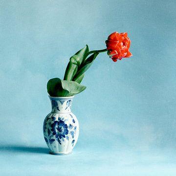 Französische Tulpe in Delfter Blau Vase von Mariska Vereijken