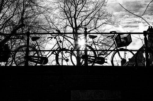 Tegenlicht in Utrecht: Fietsen op een brug over de Utrechtse Nieuwegracht van