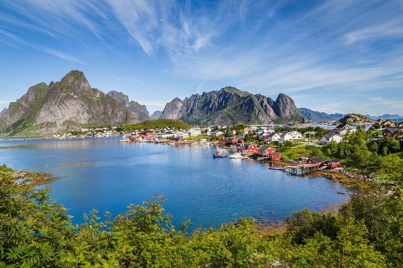 Schilderachtig Lofoten Reine in Noorwegen van Hilda Weges