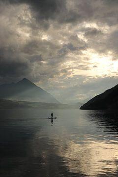Paddelboarder auf dem See nach Regen. von Sander van Doeland