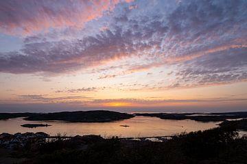 Sonnenuntergang in der Stadt Fjällbacka in Schweden von Rico Ködder