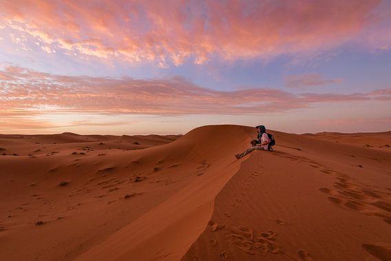 Kijken naar de zonsopgang - Merzouga woestijn, Marokko