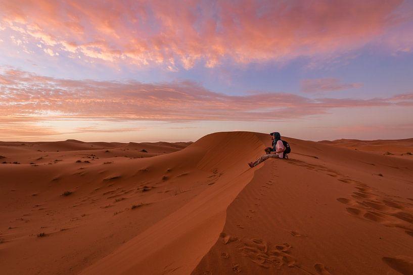 Kijken naar de zonsopgang - Merzouga woestijn, Marokko van Thijs van den Broek