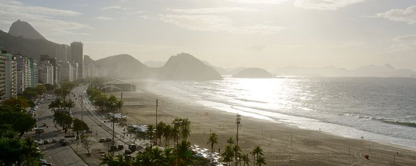 Panorama uitzicht over Copacabana in Rio de Janeiro van Dirk-Jan Steehouwer
