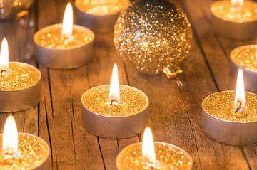 Traditionele Advent en Kerst kaarsen met gouden ballen decoratie op houten tafel van Alex Winter