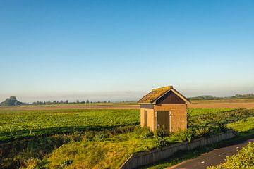 Klein electriciteitshuisje in polder sur Ruud Morijn