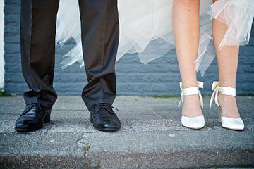 Bruidspaar op stoep van Ties van Veelen