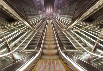 Moderne, futuristische Rolltreppe, Licht- und Linienspiel von
