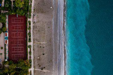 Stade au bord de la mer. parc vert en bord de mer avec une eau turquoise et la plage. vue de dessus sur Michael Semenov