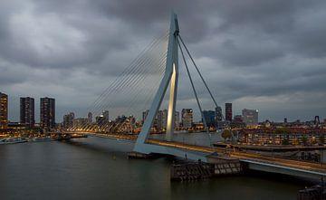 Rotterdam, Erasmus-Brücke in der Abenddämmerung von Maurits van Hout