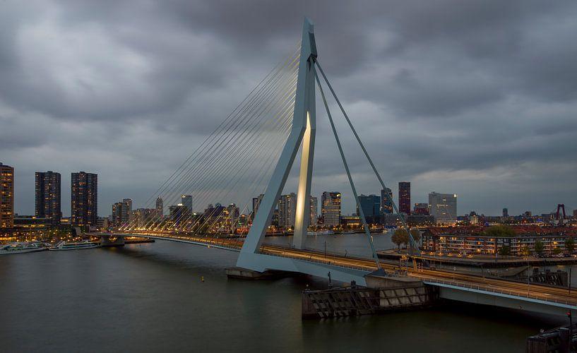 Rotterdam, Erasmusbrug bij schemering van Maurits van Hout