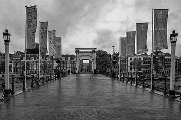 Le pont Skinny sous la pluie. sur Foto Amsterdam / Peter Bartelings