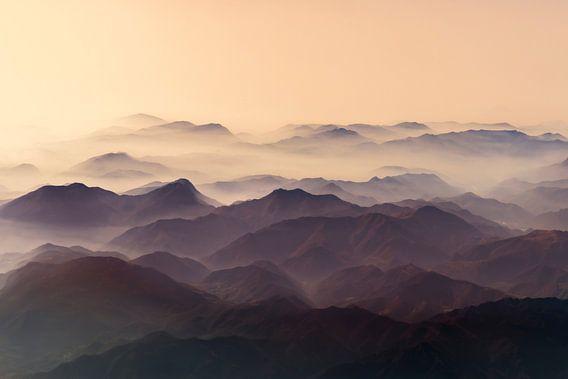 sun set over misty mountains van Gerard Wielenga