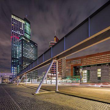 Markante Architektur auf dem Wilhelmina-Platz bei Nacht von Tony Vingerhoets