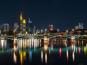Frankfurt bij nacht met brug van Mustafa Kurnaz