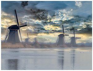 Molens van Kinderdijk in de zonsopgang in de mist van Mariska Asmus