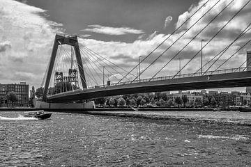 Het passeren van de Prins Willem-Alexanderbrug Rotterdam (zwart-wit 'Silver') van Rick Van der Poorten